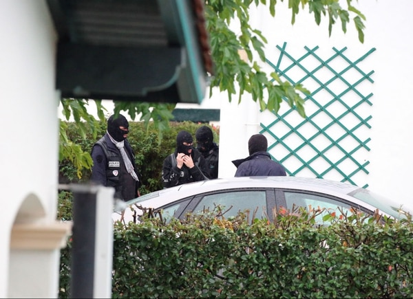La policía de Francia afuera de la casa en que fue detenido Mikel Irastorza.