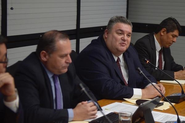 El jerarca de Sugef, Javier Cascante (centro) comparece ante los diputados para aclarar aspectos técnicos sobre los millonarios créditos que ha otorgado el BCR para firmas como Sinocem y Coopelesca.