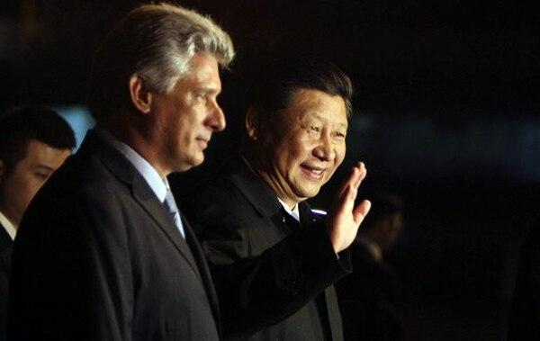 El presidente chino, Xi Jinping, llegó anoche a Cuba, donde fue recibido por el primer vicepresidente cubano, Miguel Díaz-Canel (izq) en el aeropuerto José Martí. El líder ve oportunidad de negocios en reforma cubana.