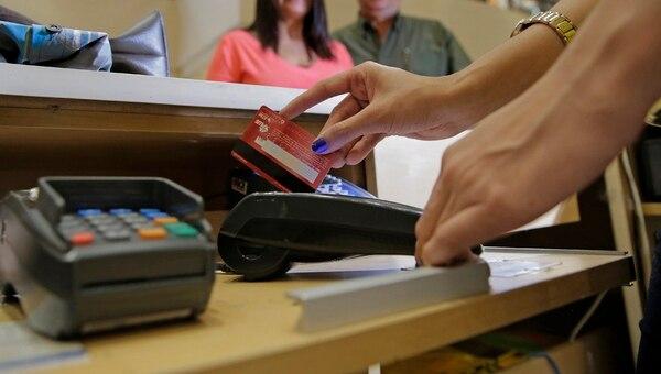 La retención de los pagos hechos con tarjetas de crédito y débito elevó la recaudación tributaria de Hacienda, según el Banco Mundial. La entidad recomendó a Tributación fomentar más las transacciones electrónicas frente y desincentivar el uso del efectivo. | ALBERT MARÍN/ARCHIVO