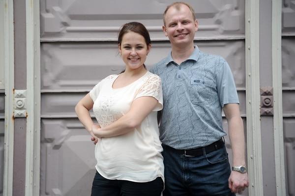 María Ivanova y Gennedy Pusakov, son integrantes del Coro Académico Estatal Folclórico de Rusia; él tiene 43 años y es sustituto oficial de director; ella, cantante y tiene 26 años. Gesline Arango