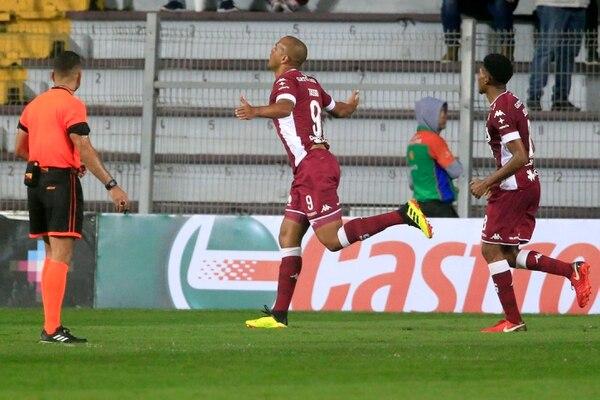 Tassio festejó con todo sus tres goles de anoche a Limón. Foto: Rafael Pacheco