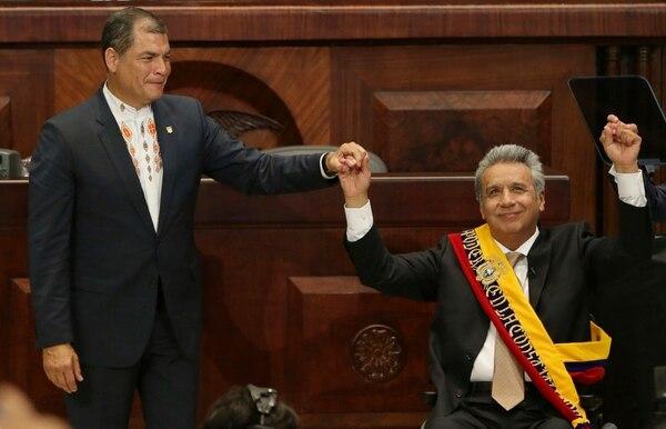 Rafael Correa y Lenín Moreno (derecha) durante la ceremonia de juramentación del segundo como nuevo mandatario de Ecuador, el 24 de mayo del 2017.