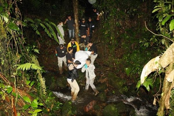 Agentes judiciales tardaron más de dos horas y media en sacar el cuerpo de la montaña hasta la sede judicial. Reiner Montero