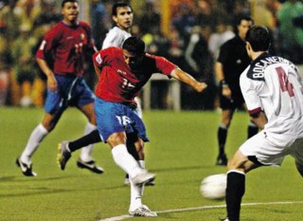 Carlos Hernández le anotó dos goles a Estados Unidos, el 8 de octubre del 2005. El estadio Saprissa vibró con el pasaporte a Alemania 2006.   ARCHIVO