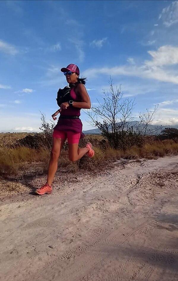 La ultramaratonista costarricense Sandra Mejía se entrenó en Liberia, Guanacaste, para acostumbrar su organismo a las altas temperaturas que se encontrará en Hawái. Cortesía: Sandra Mejía