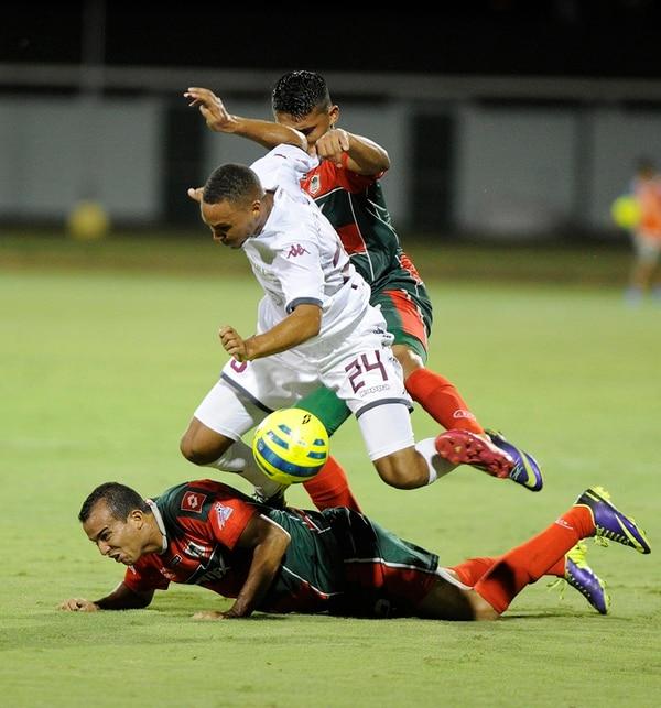 El lateral morado, Irving Calderón, intenta superar la marca pampera. El joven cumplió en un Saprissa lleno de altibajos.   GRACIELA SOLÍS