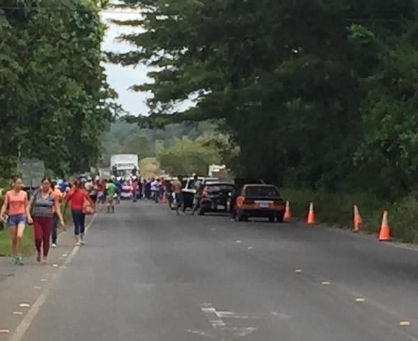 Varias decenas de personas impiden el paso por la ruta 32, en Guácimo. Fotografía: Reiner Montero