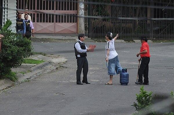A la izquierda, el policía, a la derecha, el hombre que estuvo atrincherado en Desamparados desde mediodía