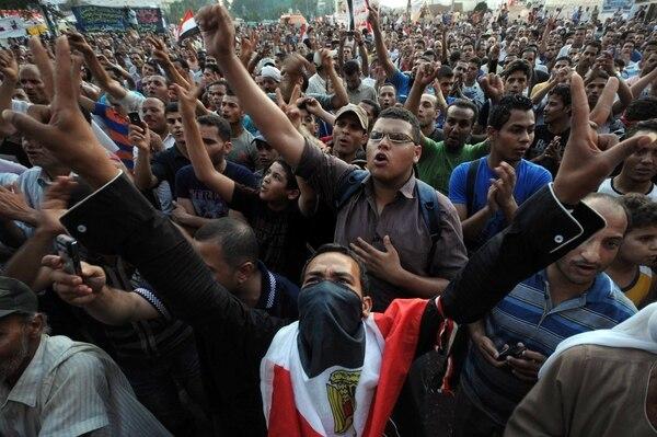 Egipto está sumido en protestas a favor y en contra de la decisión del gobierno golpista de declarar a los Hermanos Musulmanes como organización terrorista.