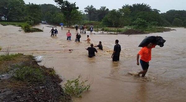 En la zona sur se registraron inundaciones por la crecida de los ríos Térraba, en Osa, y Matapalo, en Puerto Jiménez de Golfito. Foto: Alfonso Quesada, corresponsal GN/Archivo