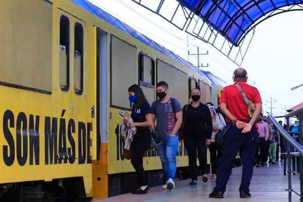 A raíz del accidente en Ochomogo, hubo retrasos en la movilización de pasajeros en ambos sentidos. Foto: Rafael Pacheco.
