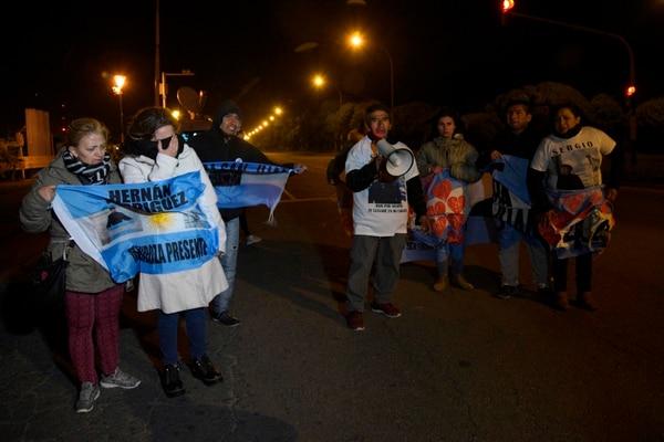 Los familiares de la tripulación del submarino ARA San Juan esperan fuera de la base naval en Mar del Plata. Exigen al gobierno el rescate de los cuerpos.