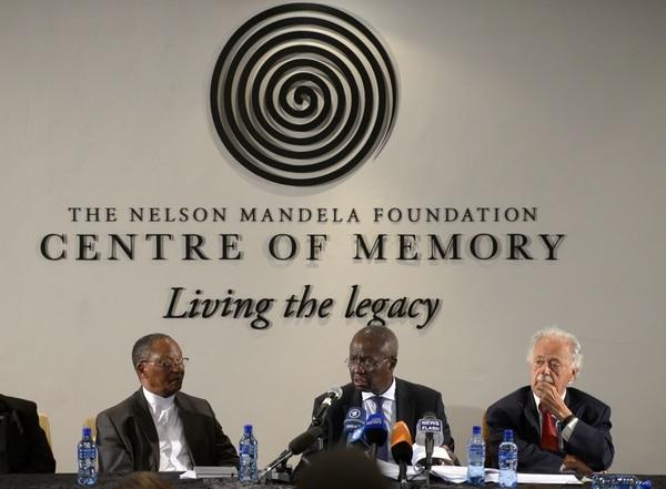 Dikgang Moseneke (centro), albacea del testamento de Nelson Mandela durante su lectura