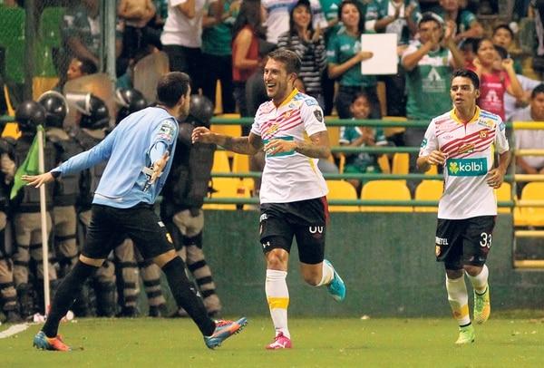 El defensor Francisco Calvo festeja junto con el portero Leonel Moreira su anotación de ayer frente al León de México en juego de la Liga de Campeones de Concacaf. | EFE