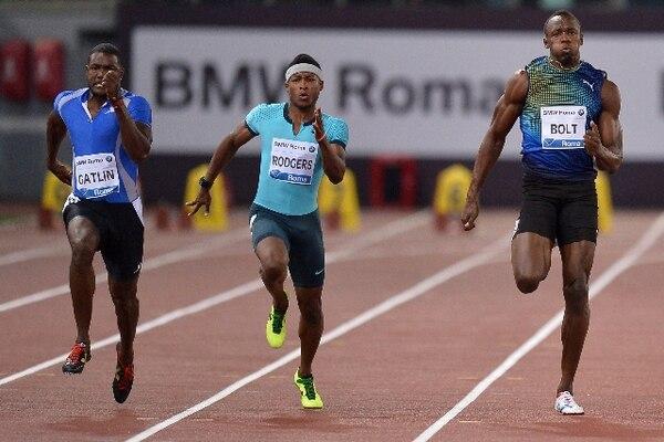 Gatlin (izq.) supera a Bolt en la prueba en Roma. | AFP.