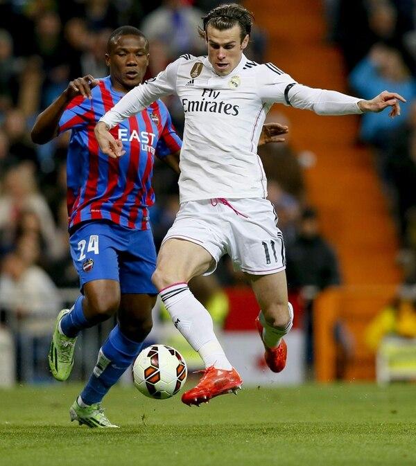 Gareth Bale se lleva la marca de Simão Mate Junior durante el partido que ganó con comodidad el equipo merengue ante el Levante. | EFE