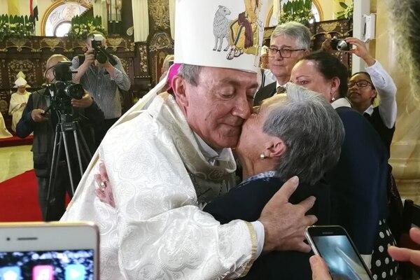 El obispo Bartolomé Buigues Oller recibe el saludo de su madre, María, luego de ser ordenado obispo de Alajuela en la catedral de esta ciudad, el 26 de mayo del 2018.