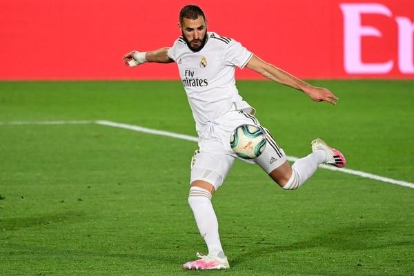 """El delantero francés del Real Madrid Karim Benzema será juzgado por """"complicidad en intento de chantaje"""" en 2015 por un video de contenido sexual del futbolista también francés Mathieu Valbuena, anunció este jueves a la AFP la fiscalía de Versalles. / JAVIER SORIANO / AFP"""
