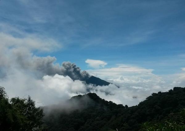 Las emanaciones del Turrialba son constantes. La erupciones en ocasiones sobrepasan los 1.000 de altura. La ceniza primordialmente se dirige hacia la Picada y la Silvia. | LIDIER ESQUIVEL PARA LN