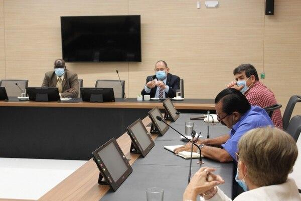 """Gobierno accedió a negociar con los dirigentes de """"Rescate Nacional"""", tras una reunión mediada por el presidente de la Asamblea Legislativa, Eduardo Cruickshank. Foto: Despacho de la Presidencia del Congreso."""