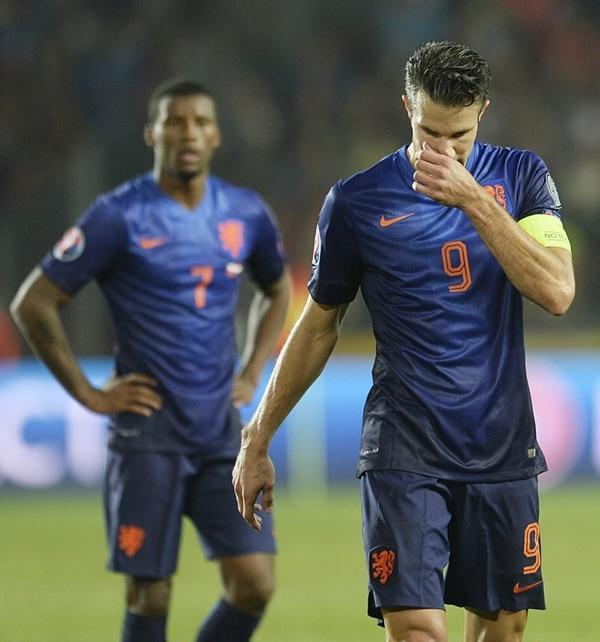 Robin van Persie (frente) y Georginio Wiljnaldum lamentaron la sorpresiva derrota de Holanda en Praga ante República Checa. | EFE