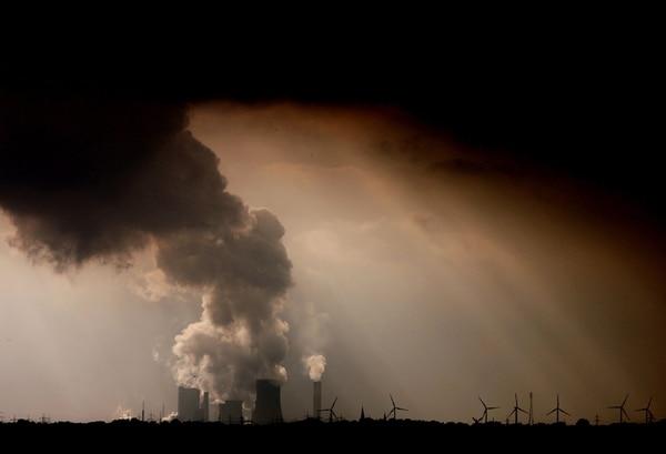 Las emisiones de CO2 son un indicador del cambio climático, algo en lo que no cree el presidente de los Estados Unidos, Donald Trump. En la imagen, una fábrica de carbón en Alemania. EFE/Oliver Berg