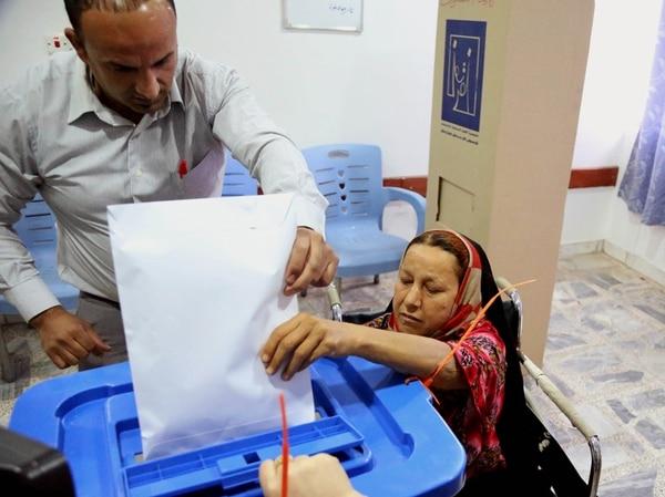 Una paciente iraquí votó ayer en el hospital al-Kindi, en Bagdad. | AP