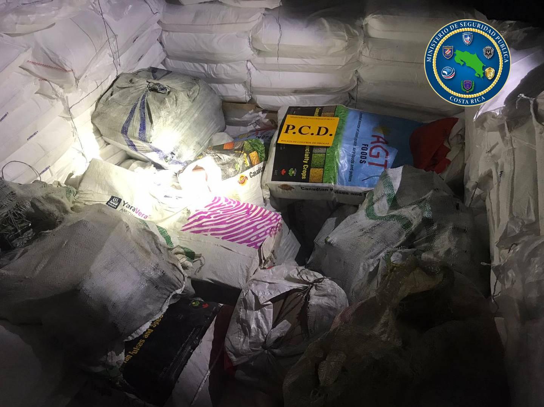 En medio de sacos blancos con sal refinada, los agentes de la PCD dieron con 26 bultos donde iban 778 kilos de cocaína. Foto: MSP.