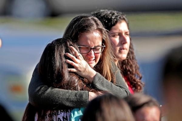 Estudiantes se abrazan después del tiroteo en Marjory Stoneman Douglas High School en Parkland, Florida, el miércoles, 14 de febrero de 2018.