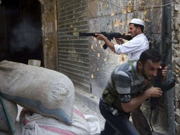 Soldados rebeldes se defendían hoy en la ciudad de Alepo contra el ataque del Ejército sirio. | AFP