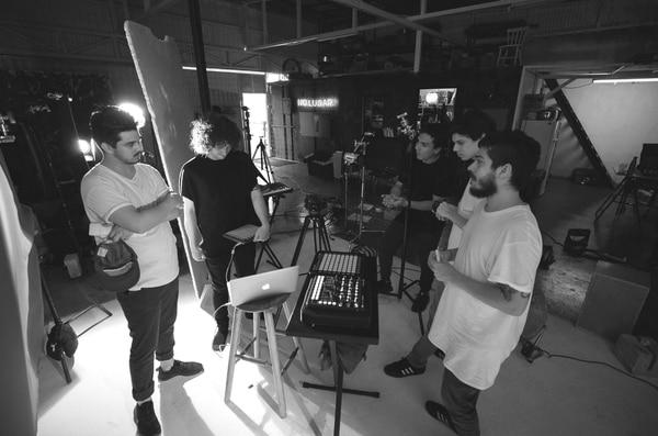 El colectivo .nine se ha especializado en realizar videoclips. En la imagen, comparten con el productor nacional Barzo (camisa negra y teclado en las manos). Cortesía de .nine