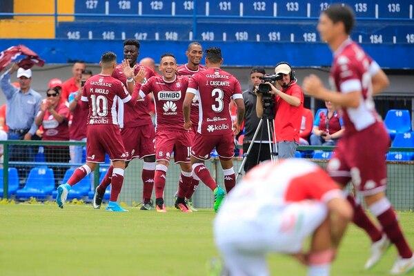Los jugadores de Saprissa celebran la anotación de Luis Stwart Pérez ante Carmelita.