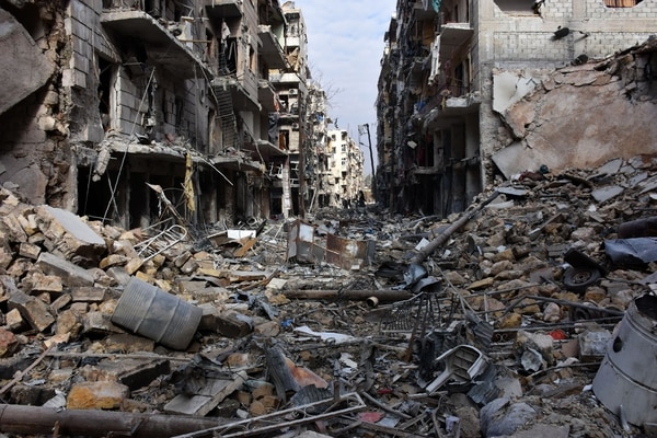 Esta fotografía tomada el 7 de diciembre muestra la destrucción en el barrio de al-Shaar después de que las fuerzas gubernamentales tomaron el control de la zona en la parte oriental de la ciudad de Alepo.