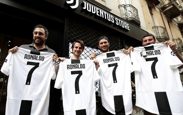 Desde el miércoles, día en que se hizo publico el traspaso de Cristiano a la Juventus, en Italia ya se vendía la camiseta con el 7 de Cristiano. Fotografía: AFP PHOTO / Isabella Bonotto