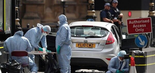 Un automóvil Ford Fiesta gris metalizado atropelló ciclistas y peatones antes de estrellarse contra las vallas de seguridad del Parlamento. Foto: AP