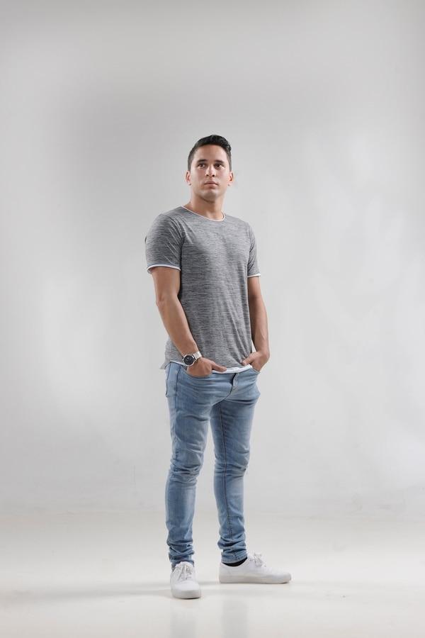 Elías Mora tiene 22 años y formalmente lanzó esta semana su carrera como cantante.
