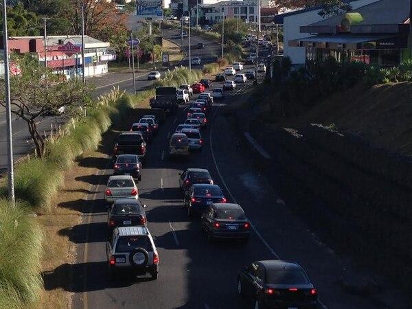 La colisión de un tráiler contra el tren mantiene congestionados los carriles que van de Guadalupe hacia San Pedro.