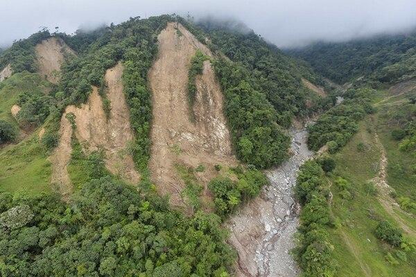 Vista aérea que muestra uno de los deslizamientos de tierra en las montañas que causaron los derrumbes como resultado de fuertes lluvias, en Mocoa. | FOTO: AFP/LUIS ROBAYO