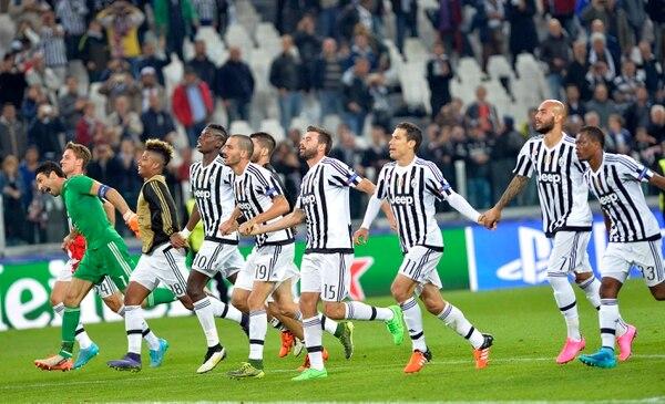 Los jugadores de la Juventus celebraron con su afición el triunfo sobre el Sevilla.