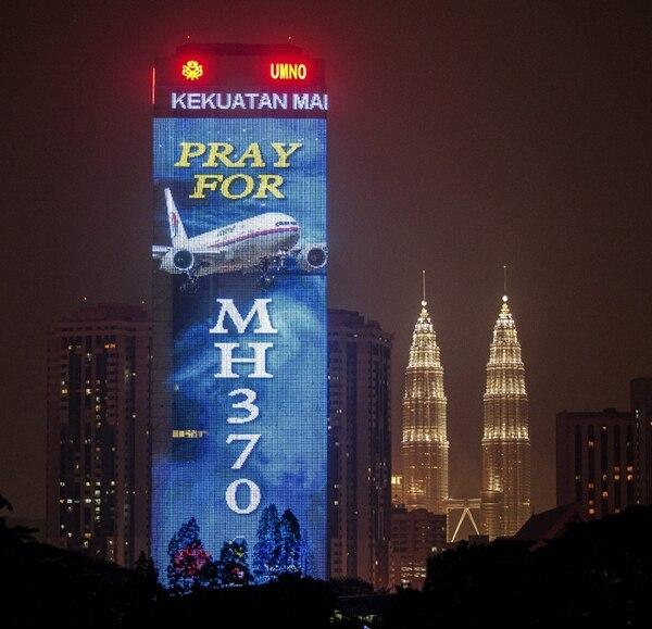 Un rascacielos de Kuala Lumpur, capital de Malasia, proyectó un mensaje donde pide a los malasios orar por el vuelo 370, que desapareció desde el 8 de marzo pasado.