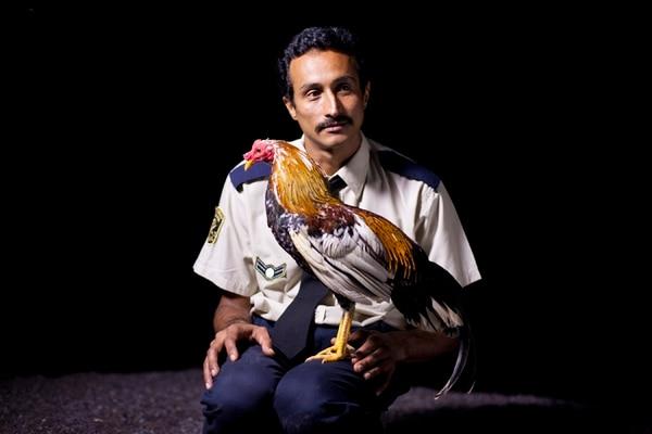 'Por las plumas' gira en torno a Chalo, un guarda que sueña con tener un gallo de pelea.