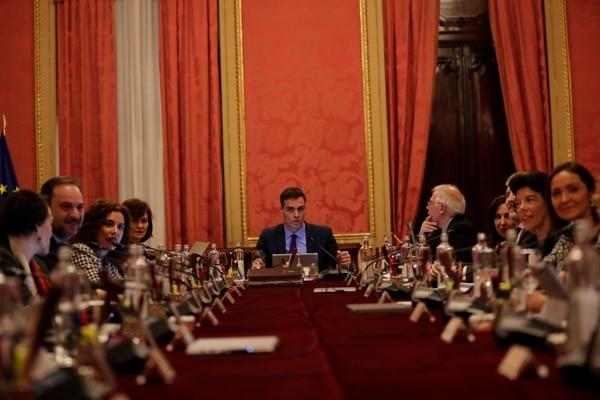 El presidente del Gobierno español, Pedro Sánchez (al fondo), encabezó el consejo de ministros que tuvo lugar el 21 de diciembre del 2018 en Barcelona.