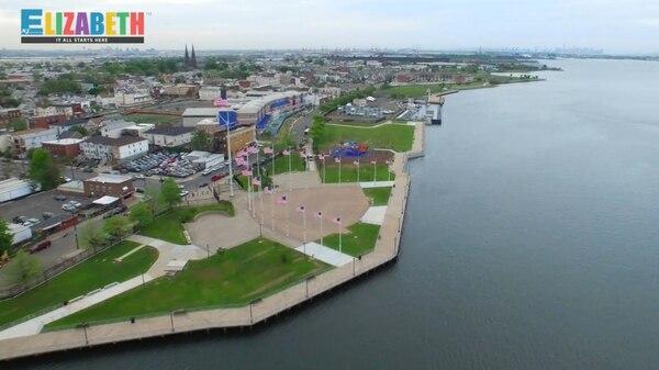 l Veterans Memorial Park es uno de los sitios emblemáticos de Elizabeth. Desde ahí, los turistas pueden apreciar el movimiento de barcos en la terminal marina de Newark-Elizabeth, uno de los puertos con mayor tráfico en la costa este de los Estados Unidos. Fotos: Ciudad de Elizabeth.