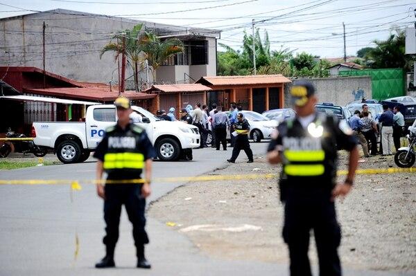 El pasado 5 de agosto, fueron asesinados los hermanos Rebeca y Alejandro Guzmán Arce, cuando caminaban frente al Colegio de Contadores, en Calle Fallas de Desamparados. La Policía trata de establecer un nexo entre los muertos y un grupo que opera en el lugar.   MARCELA BERTOZZI, ARCHIVO LN