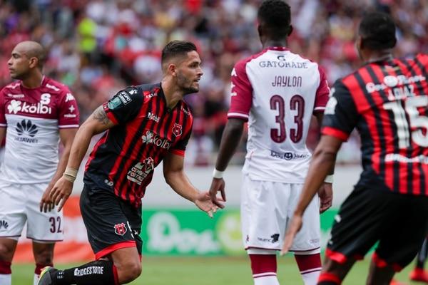 El atacante Jonathan Moya le ha marcado a Saprissa en dos partidos amistosos y buscará hacerlo el domingo, en Tibás. Fotografía: José Cordero