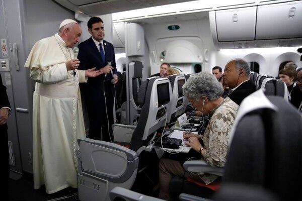 Periodistas en conferencia de prensa con el papa Francisco a bordo del avión que lo trasladó de la ciudad de Panamá a Roma.