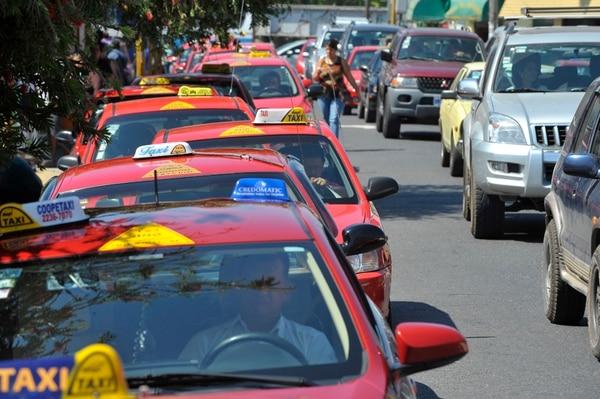 En el territorio nacional hay 11.179 taxis rojos autorizados para operar. Para los dirigentes de ese gremio de transporte, Uber vendría a ser competencia desleal pues los propietarios de los vehículos que se unan al sistema no les exigen los mismos requisitos que a ellos. | JORGE NAVARRO