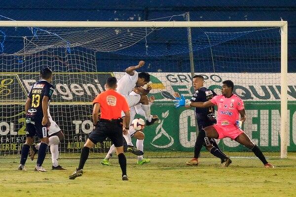 El defensor del Sporting FC, Dennis Castillo (con balón) aprovechó un horror del portero Darryl Parker para darle el gane a los suyos, en la fecha 19 del Torneo de Clausura 2021. Fotografía: Rafael Pacheco