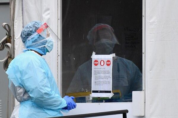 Un trabajador médico se encuentra afuera de una carpa de detección del covid-19 del Brooklyn Hospital Center, el 31 de marzo del 2020, en el distrito de Brooklyn de Nueva York. Foto: AFP